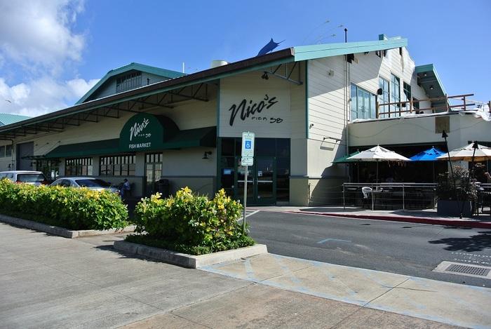 新鮮なシーフードが味わえるとロコにも人気のニコス・ピア38。広い店内はもちろん、テラス席で海を見ながら食べるのもおすすめです。
