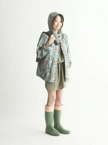 今年流行のミリタリー。花柄のジャケットで女性らしく*