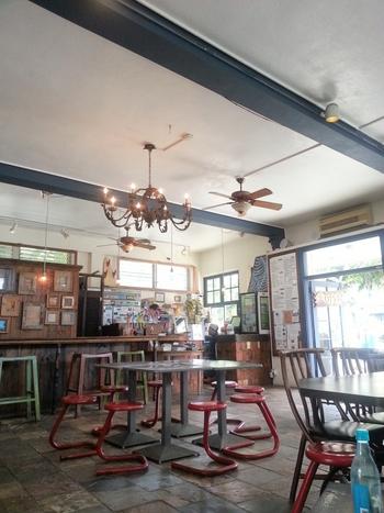 まるでカフェのようなおしゃれな店内。ほっと落ち着く空間です。雑貨も販売しています。