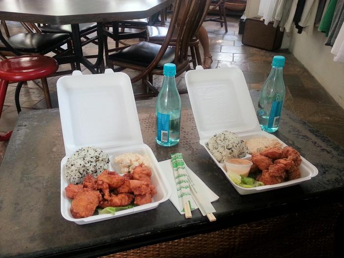 日本人が経営しているので、照り焼きやコロッケなど和なメニューが楽しめます。こちらは人気の、もち粉チキン。ごはんは、白飯、玄米、わかめご飯から選べます。日本食が恋しくなったら、ぜひここへ。