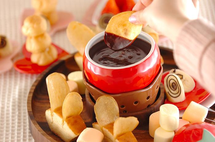 マシュマロ、プチシュー、フルーツ、芋けんぴなど、お家でなら自由にいろいろ試す事ができますね♪ 皆で好きな物を持ち寄れば、さらに盛り上がりそう。