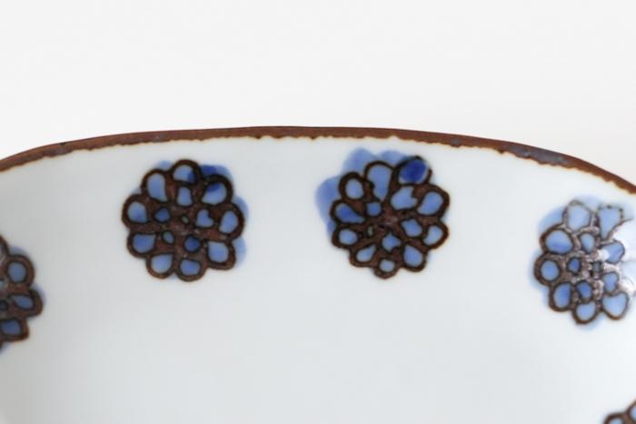 こちらは『染付花並び』。とっても可愛いお花がぐるっと並びます。