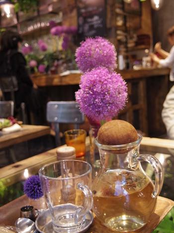 オーガニック野菜を使った料理を楽しめます。「フレッシュハーブティー」や紅茶、季節のスイーツもいただけます。
