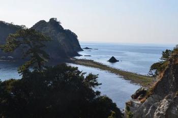海から、島へと続く道が現れます。