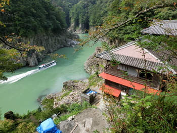 大正時代に瀞峡を見下ろす断崖絶壁に創業した「瀞ホテル」。先代が亡くなって一時休業していましたが、現在はカフェレストランとして営業しています。