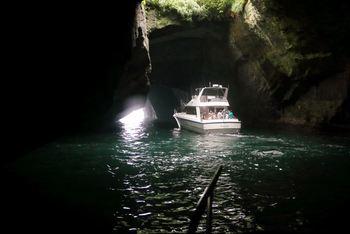 船で洞窟の中に入っていく瞬間は、冒険心がくすぐられて大人でもワクワクしてしまいますね。