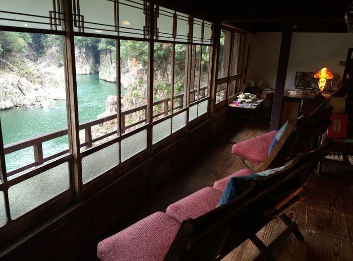 大正ロマンを思わせる店内からは、瀞峡の雄大な眺めをたっぷり堪能できます。レトロな雰囲気がたまらないですね!