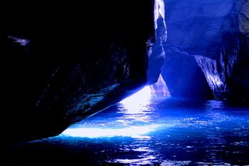 まさに日本の「青の洞窟」ですね。