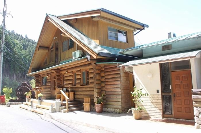 谷瀬の吊り橋のすぐ近くにある、ログハウス風のカフェレストラン「spruce」(スプルース)。山あいの村にぴったりの、温かい雰囲気が魅力です。