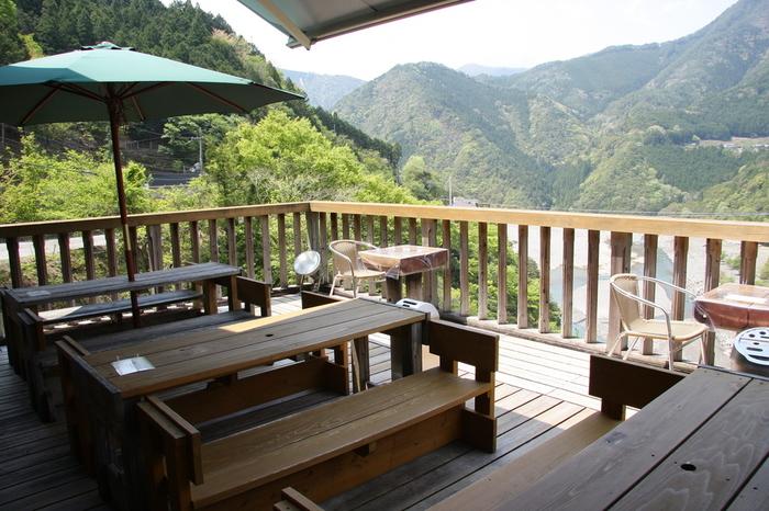 お天気のいい日にぜひおすすめしたいのは、こちらのオープンデッキ。目の前は谷瀬の吊り橋を見渡せる絶景です!