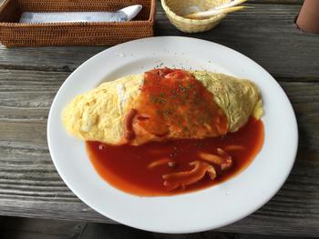 ランチで人気のオムライスは、お好みのソースを選べるスタイル。家庭的な味をゆっくり堪能して下さいね♪