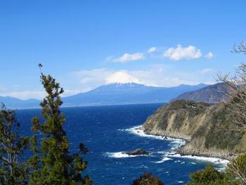 美しい海の上には、美しい富士がそびえ立ちます。