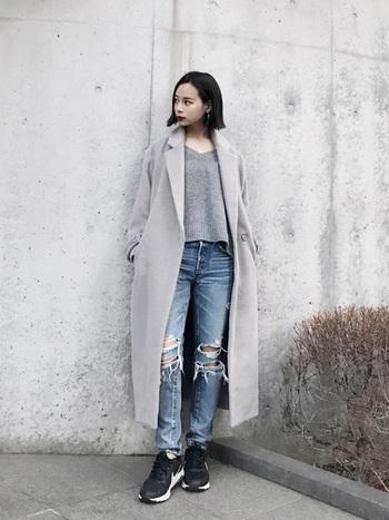 チェスターコートやトレンチなど、襟がしっかりしたアウターにも、Vネックがよく映えます。クッキリとエッジが効いて、スタイリッシュな雰囲気に。