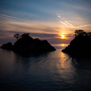 田子沖に浮かぶ田子島と、赤く沈む夕陽が作り出す、自然の神秘には感動してしまいます。