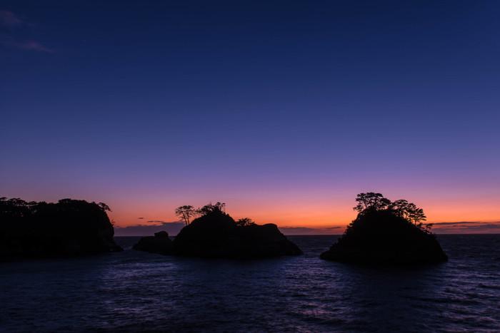 夕日が沈んだ後の「マジックアワー」も、空の美しいグラデーションと島の影が織り成す光景が見所です。