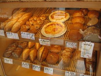 生地に北海道産小麦を使用したパンや、地元の食材を使ったフォカッチャ、デニッシュなど種類も豊富。店内には大沼や八雲のチーズや牛乳なども販売しています。「プンパニッケル」などの本格的なパンは予約がおすすめ。