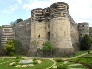 メーヌ川河畔の街アンジェは、フランス西部ユネスコ世界文化遺産に登録されたロワール渓谷に位置し、ロワールの古城と美味しい料理、そして30種ものワインを生産する葡萄畑に囲まれています。ロワール川の流れと点在する古城の佇まいは、美しくメルヘンチックな風景です。