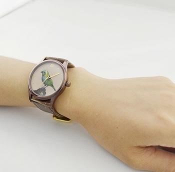 小鳥を腕にのせてお出かけ。少しくすんだような色彩がアンティークな雰囲気。レザーのハンドメイドウォッチです。 作り手:S & M Watch (香港)