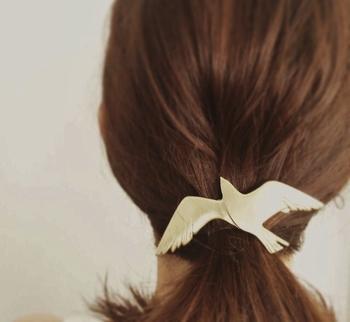 羽ばたく鳥をモチーフにした、真鍮のバレッタ。マットで上品な輝きがきれいですね。 作り手:konohanado (日本)