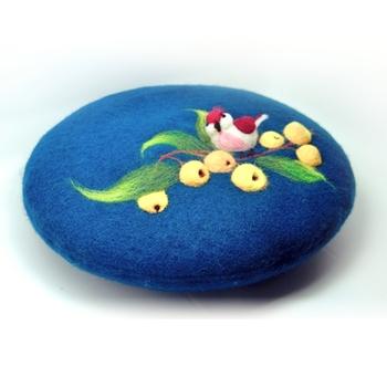 ウールのベレー帽には、フェルトで描かれたすてきな景色が。ぽこぽこと立体的な木の実と小鳥は、ていねいで細やかな手仕事で作られています。 作り手:軻人造物(中国)