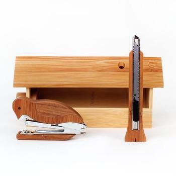 パチパチとホチキスをとめる姿が愛らしい、キツツキの木製ステープラー。使うのが楽しくて作業もはかどりそうですね。 作り手:DOTdesign(台湾)