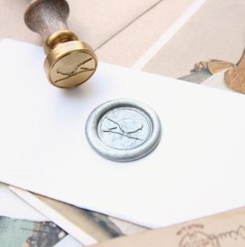 大事なメッセージを小鳥が守ります。ロマンティックなシーリングワックスのスタンプ。 作り手:REWENTUNG (台湾)
