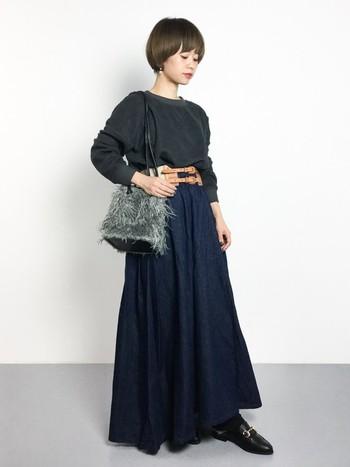 タック入りのロングスカートは濃いめのインディゴカラーで大人っぽく。ベルトでウエストマークすることで足長効果も。