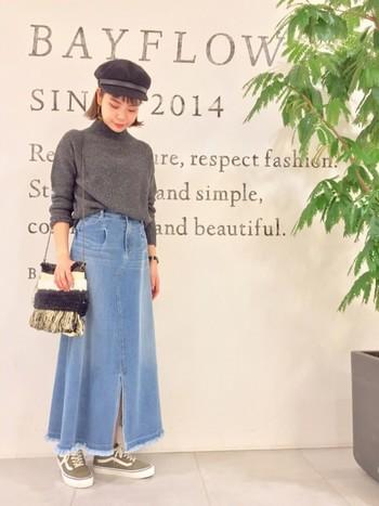 注目度が高いのがロング丈のデニムスカート。カジュアルスタイルも、ロングのフレアスカートなら女性らしく仕上がりますね。