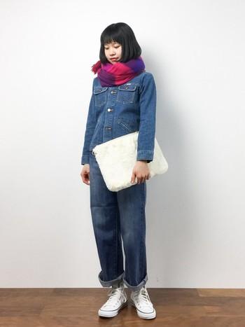 ジャケットとパンツを同じトーンのブルーでつなげたら、小物で差し色をプラスして。