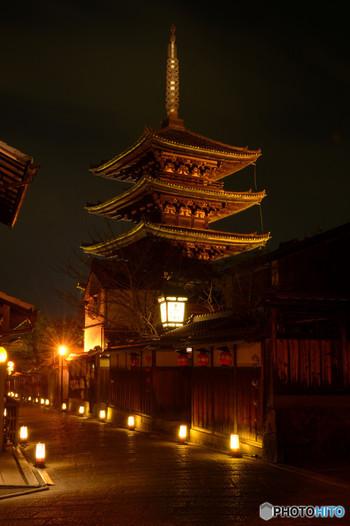 「八坂の塔」という愛称で親しまれている法観寺の五重塔は、祇園・東山のランドマークです。漆黒の闇夜にライトを浴びて八坂の塔が浮かび上がる様は神秘的で、いつまで眺めていても飽きることはありません。