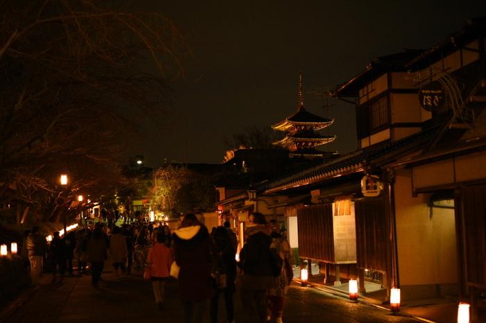 ねねの道とは、円山公園と高台寺を結ぶ細い路地でで、いつも大勢の観光客で賑わっています。ずらりと並ぶ路地行灯が、路地の両横に軒を連ねる古い町屋の魅力を引き立てています。