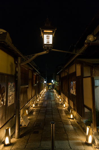 石畳が敷かれた路地の両横に高級料亭が軒を連ねる石塀小路は、京都東山エリアでも最も江戸時代の面影を色濃く残す一角です。一歩足を踏み入れると、まるで江戸時代にタイムスリップした錯覚を感じる石塀小路にも、路地行灯が等間隔で並び、風情ある街並みに華を添えています。