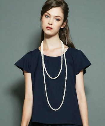 こちらは、2連でも3連でも使えるロングタイプのネックレス。服や気分に合わせてボリュームを変えることが出来ます。