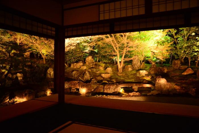 天下を統一した豊臣秀吉の正室、ねねが半生を過ごした園徳院境内も東山花灯路の時期は、普段と異なる風情を見せてくれます。