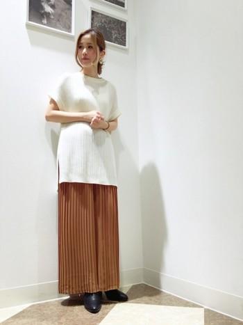 こちらはマキシ丈のプリーツスカートにノースリーブのニットベストを使ったコーディネート。Iラインを意識した着やせも叶うバランス抜群な仕上がりです。