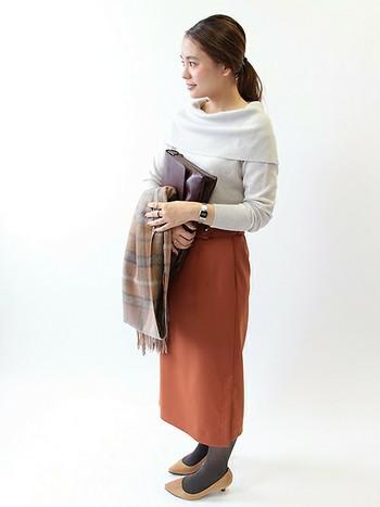 オフショルダーのニットにタイトスカートを合わせて。よそ行きにも似合う女性らしいスタイリングです。