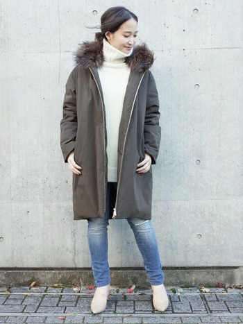 キルティングではないフラットなダウンは、着膨れせず普通のコートのように着ることが出来ます。カジュアルになりがちなカーキは、白のニットを合わせて顔周りを明るく。