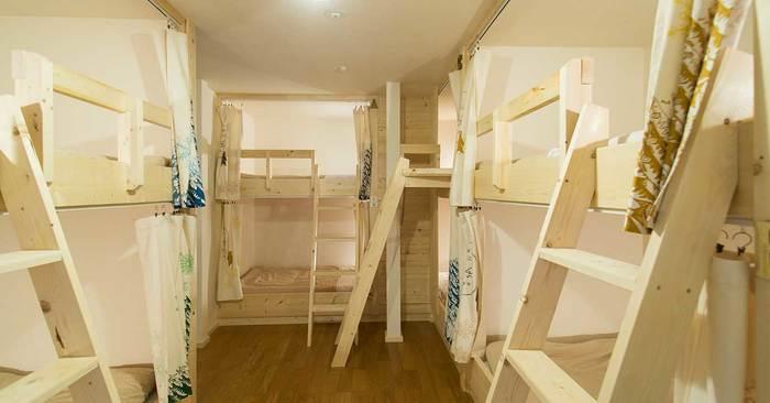 宿泊ルームは、ベッドとカーテンのコーディネートがオシャレで、清潔感があります。
