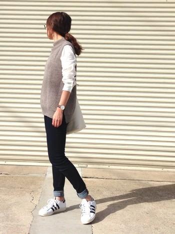 ■ニットベスト+白シャツ+デニムパンツ タイトめのデニムパンツで大人感アップ!手首や足首といった華奢な部分を肌見せすることで、女性らしさを一層際立たせています。