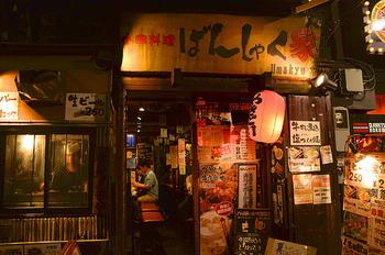 """……という、小林薫さん演じる""""マスター""""の語りから始まる『深夜食堂』。言葉の通り、店の名前は「めしや」。""""深夜食堂""""とは、通称なんです。 そして、深夜0時。そんな開店時間にもかかわらず、毎日見る顔、初めての顔、どこかの路地を入ったところにある""""深夜食堂""""に、今日も客は結構、訪れます。"""