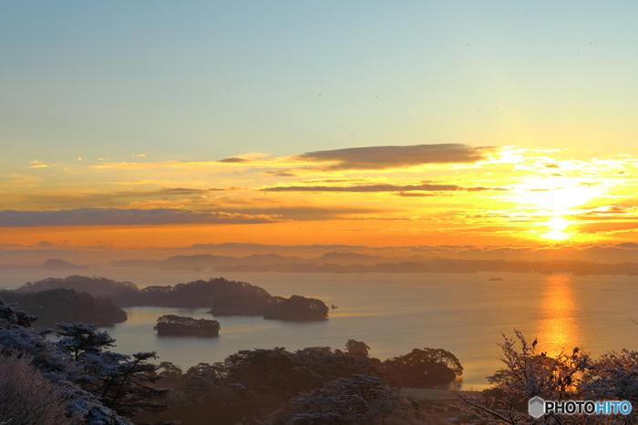 長い時間かけて自然が作り出した美しさをもつ日本三景に共通するのが海。 松島は、雄大な太平洋にいくつもの島が浮かぶ姿が美しいところです。常緑の松が白く雪をかぶり、キリリと冷たい冬の朝焼けに浮かぶ松島の多島美は言葉に言い表せないほどの美しさです。