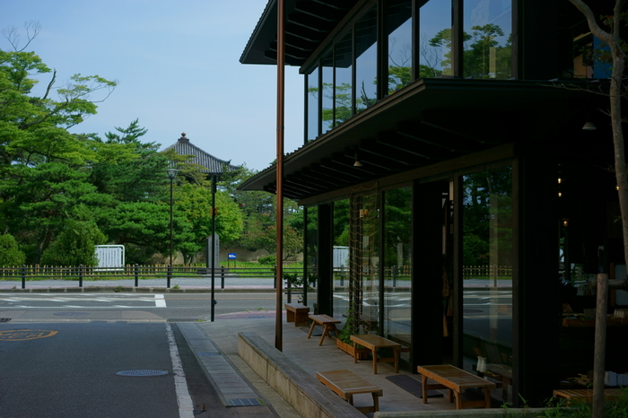 五大堂の向かいにあるのが100年の歴史を持つ松華堂菓子店。遊覧船の乗り場からも近く、店内に入ると松島の海が綺麗に見えます。