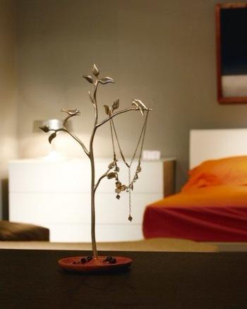 小鳥の集う枝を好きな角度に調整できる、錫のアクセサリースタンド。お気に入りのアクセサリーを、おしゃれに飾りながら収納できます。 作り手:Lemnos(台湾)
