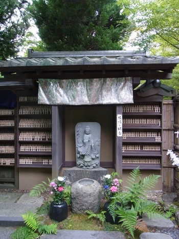 円通院は「縁結び」としても有名で、願いの書かれた多くのこけしが奉納されています。男女はもちろん今までご縁のなかった人との繋がりを願って多くの人が訪れています。
