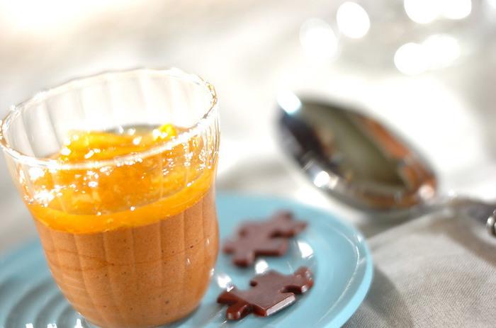 オレンジソースの酸味とチョコレートムースがよく合うんです。オシャレなカップに入れて冷やして固めるだけなので簡単にオシャレなデザートが出来上がります。