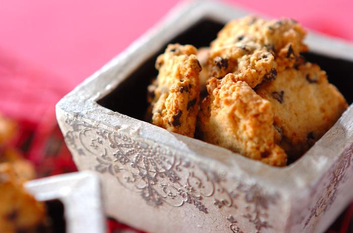 サクサクとした歯触り。それにチョコチップとココナッツファインの食感が合わさったクッキー。たくさんできるので、ついつい食べ過ぎないように注意して!
