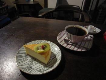 珈琲は注文を受けてから豆を挽きドリップされていて、とっても香りが良く美味しい!キウイののった可愛いシンプルなチーズケーキも人気。