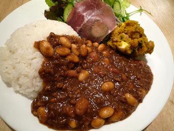 ディナーをやってる日や休業の日もあるので、確認してから行くのがベターです。大阪ではスパイスカレーが大流行中ですが、こちらのカフェでもいろんな本格スパイスカレーメニューがお目見えするので、つい通いたくなります◎