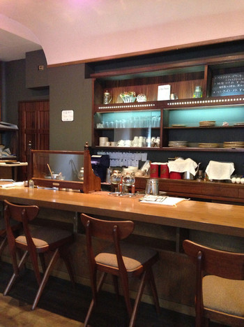 店内は落ち着いたおしゃれな雰囲気。深いグリーンの壁が素敵です。カウンター8席、テーブル14席と広々◎