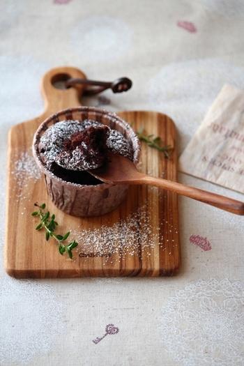小麦粉を使わないガトーショコラ。暖かい時に食べるとトロリととろけるようで、冷やして食べると生チョコのように柔らかいガトーショコラです。バターの代わりに白いごま油を使うので軽い仕上がりに、カップで焼けばプレゼントにも喜ばれますよ。